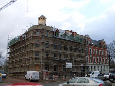 Holzturm auf Gebäude